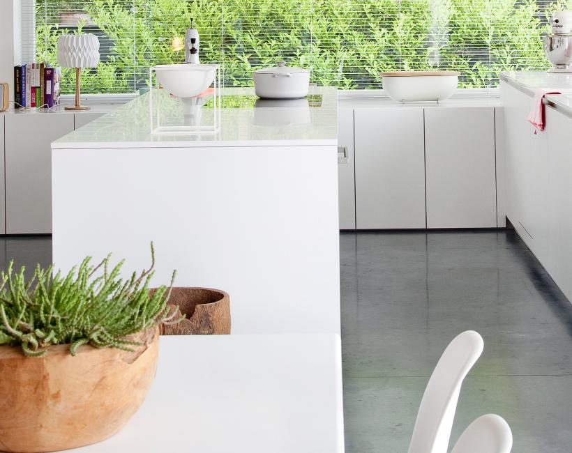 Witte keuken met vloer van polybeton