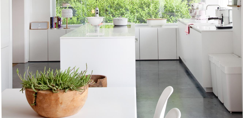 Witte Keuken Vloer : Witte keuken met vloer van polybeton actief wonen