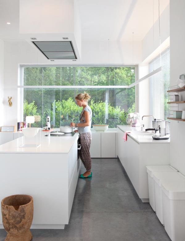 Witte keuken met vloer van polybeton   actief wonen