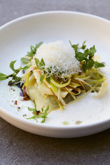 ravioli-van-van-ricotta-met-limoen-en-spinazie,-gegrilde-prei-en-parmezaan-kookboek-sharing-benoit-dewitte-welkin-meraki-