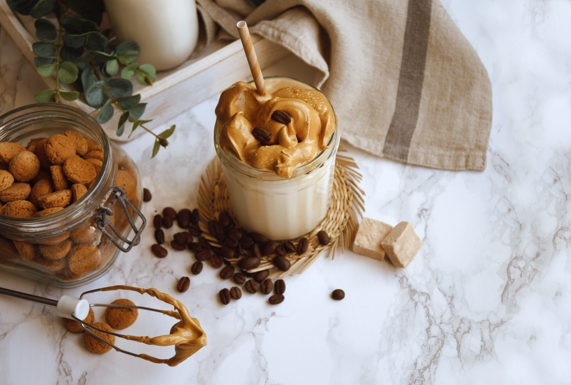 Zo maak je en serveer je de trending Dalgona koffie in stijl