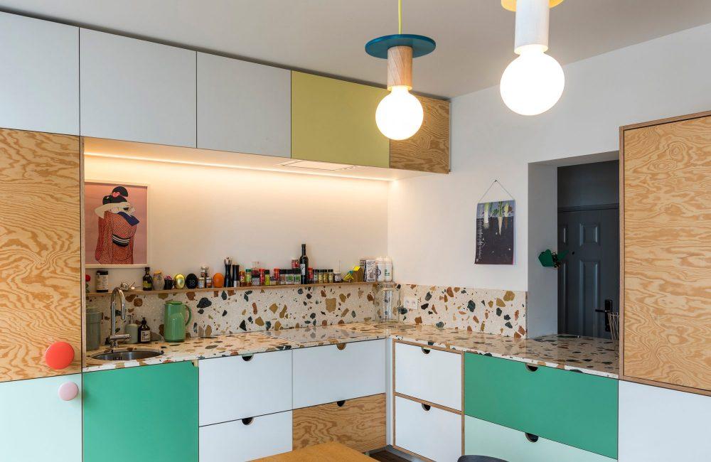 Zien: een kleurrijke keuken gekenmerkt door terrazzo