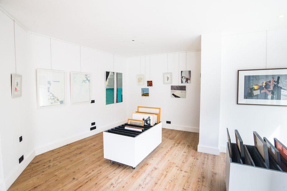 Ruimte waar schilderijen tentoon gesteld staan